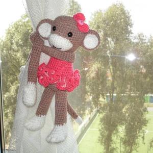 Függöny összekötő - függönyfogó horgolt játékfigura majom lány, Otthon & Lakás, Lakástextil, Függöny, Horgolás, Kézzel horgolt függöny összekötő majom kislány figura.\nMérete 40 cm a kéz hosszával együtt.\nMűszálas..., Meska