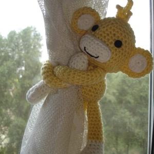 Függöny összekötő - függönyfogó horgolt játékfigura majom, Függöny, Lakástextil, Otthon & Lakás, Horgolás, Kézzel horgolt függöny összekötő majom sárga és mogyoró szinű figura.\nMérete 38 cm a kéz hosszával e..., Meska