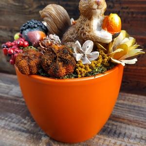 Mókusos asztaldísz narancssárga kaspóban, Otthon & Lakás, Dekoráció, Asztaldísz, Virágkötés, Narancssárga  kerámia kaspóban ülő mókus őszi termésekkel.\n\nMérete:\n13 cm széles\n17 cm magas\n\nKecske..., Meska