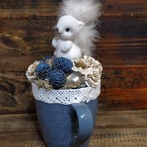 Mókus kék bögrében , Otthon & Lakás, Dekoráció, Asztaldísz, Virágkötés, Fehér mókus kék bögrében fehér csipke szegéllyel, kék-fehér termésekkel. \n\nMérete: 20x13 cm..., Meska