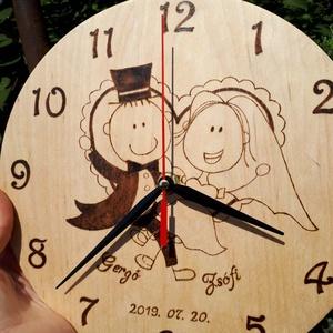 Esküvőre készülő, kézzel gravírozott egyedi falióra, Falióra & óra, Dekoráció, Otthon & Lakás, Famegmunkálás, Gravírozás, pirográfia, Ezt az órát kézzel rajzolom, és pirográffal égetem bele a fa anyagába.  A grafikát esküvőre készítet..., Meska