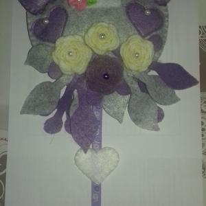Ajtódísz, Ajtódísz & Kopogtató, Dekoráció, Otthon & Lakás, Varrás, Filc anyagból készült ajtódísz. Melyet szintén kézzel készített virágok és pillangó díszít. A virágo..., Meska