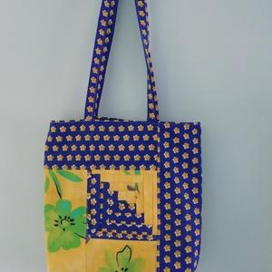 Patchwork bevásárlótáska, Shopper, textiltáska, szatyor, Bevásárlás & Shopper táska, Táska & Tok, Patchwork, foltvarrás, Varrás, Pamutvászon bevásárlószatyor.\nBelül bélelt ,kivül vidám szinekkel patchwork diszitéssel.\nMérete33X33..., Meska