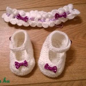 Pántos baba cipellő ajándék hajpánttal, Babacipő, Babaruha & Gyerekruha, Ruha & Divat, Horgolás, Gyönyörű kis horgolt cipellő, kis hercegnőknek :-)\nPiha-puha baba fonalból horgolt fehér színű pánto..., Meska