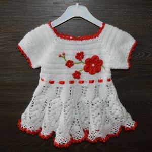 Gyönyörű fehér kislányruha kiegészítőkkel, Táska, Divat & Szépség, Gyerekruha, Ruha, divat, Gyerek & játék, Gyerek (1-10 év), Hajbavaló, Horgolás, Igazán gyönyörű fehér kislányruha szett, mely a piros szegéllyel és a piros virágokkal meglehetősen ..., Meska