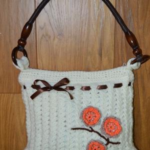 virágos női táska, Válltáska, Kézitáska & válltáska, Táska & Tok, Horgolás, 25*32 cm-es női horgolt táska.Cipzárral záródik belül selyem béléssel.\n\nA bézs -barack színű virágok..., Meska