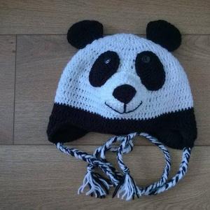 Panda sapi, Babasapka, Babaruha & Gyerekruha, Ruha & Divat, Horgolás, Kedves kis Panda maci ihlette sapi,egy családi barát kérésére készült, aki él hal a pandákért.A sapk..., Meska