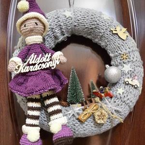 karácsonyi ajtódísz, Karácsonyi kopogtató, Karácsony & Mikulás, Otthon & Lakás, Horgolás, Kötés, 30cm-es átmérőjű koszorú alapra kötéssel készült.\nAz ajtódísz fő eleme a manólány, mely horgolással ..., Meska