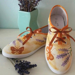 Levendulás festett cipő, Táska, Divat & Szépség, Cipő, papucs, Festett tárgyak, Egyedi, kézzel festett női cipellő.\nEgy egyszínű, fehér cipő kapott levendulás-pillangós, vintage st..., Meska