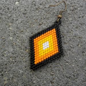 Zsuwel Citrom-narancs rombusz fülbevaló, Ékszer, Fülbevaló, Gyöngyfűzés, gyöngyhímzés, Ékszerkészítés, Rombusz alakú fülbevaló narancs, citrom, fekete és fekete színben.\n\nA fülbevaló japán delica gyöngyb..., Meska