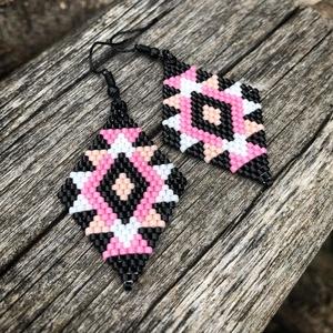 Zsuwel Rózsaszínes rombusz fülbevaló, Ékszer, Fülbevaló, Ékszerkészítés, Gyöngyfűzés, gyöngyhímzés, A fülbevaló japán gyöngyökből készült,fekte, fehér , élénk rózsaszín és halvány rózsaszínű  gyöngy f..., Meska