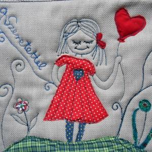 Díszpárna huzat, Otthon & lakás, Lakberendezés, Lakástextil, Párna, Varrás, Aranyos kislány piros szív alakú lufit tart a kezében-kedves ajándék akár Valentin napra is. \n\nSzaba..., Meska
