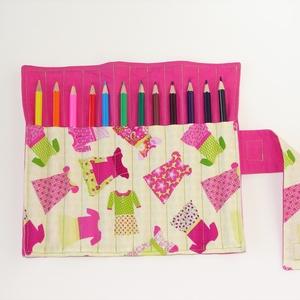 Öltözködjünk - ceruzatekercs ceruzával, Gyerek & játék, Gyerekszoba, Játék, Készségfejlesztő játék, Varrás, Kívül egyszínű rózsaszín, belül kislány-ruha mintás anyagból készült  ceruzatartó. \nKinyitva kb. 25×..., Meska