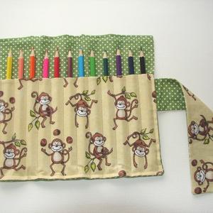 Majomparádé - ceruzatekercs ceruzával , Játék, Gyerek & játék, Készségfejlesztő játék, Gyerekszoba, Varrás, Kívül zöld pöttyös, belül vidám, majmos anyagból készült ceruzatartó. \nKinyitva kb. 25×20 cm.\nKözbél..., Meska