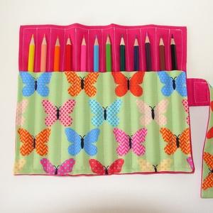 Tarka pillangók - ceruzatekercs ceruzával, Gyerek & játék, Gyerekszoba, Játék, Készségfejlesztő játék, Varrás, Kívül egyszínű rózsaszín, belül zöld alapon tarka pillangós anyagból készült  ceruzatartó. \nKinyitva..., Meska