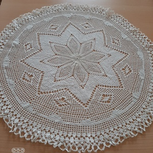 különlegesen szép tört fehér terítő 61 cm, Otthon & Lakás, Dekoráció, Horgolt & Csipketerítő, Horgolás, 100 % pamutfonalból készült, tört fehér színű.  Nagyon vékony cérnából horgolt, különleges aprólékos..., Meska