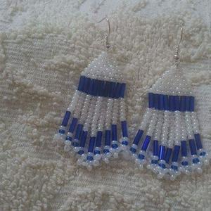 Fehér -Kék fülbevaló , Csillár fülbevaló, Fülbevaló, Ékszer, Ékszerkészítés, Gyöngyfűzés, gyöngyhímzés, Kása és szalmagyöngy felhasználásával készült fülbevaló,melynek hossza kb.6 cm.Ezüst színű akasztót ..., Meska
