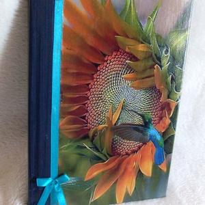 Napló - Kolibrivel, Naptár, képeslap, album, Otthon & lakás, Jegyzetfüzet, napló, Papírművészet, Különleges fotó, élő színek díszítik ezt a naplót.\n\nMéret:14,7x 20,5 x 1,2 cm, (A/5-ös méret, 90 -10..., Meska