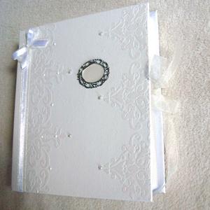 ESKÜVŐI Fotóalbum fehér - bézs, Naptár, képeslap, album, Otthon & lakás, Fotóalbum, Decoupage, transzfer és szalvétatechnika, Papírművészet, A fehér papírcsipke tiszta eleganciája uralja ezt a vendégkönyvet. A masni alsó része krém organza, ..., Meska