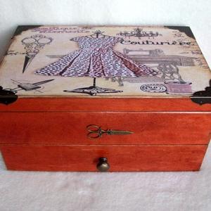 Nagy varrós doboz párduc mintával, Otthon & Lakás, Lakástextil, Varrókellék, Decoupage, transzfer és szalvétatechnika, Kedves, vidám varrós doboz keményfából, réz fogantyúval- gyönyörű verettel és ollóval díszítettem.\nM..., Meska