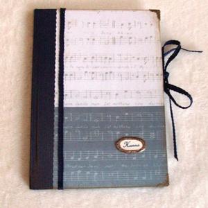 EMLÉKKÖNYV - A zene hangjai, Naptár, képeslap, album, Otthon & lakás, Jegyzetfüzet, napló, Papírművészet, Elegáns, míves anyagok és színvilág.Fém veretekkel.\nMonogrammal- és világos színben is rendelhető.\n\n..., Meska
