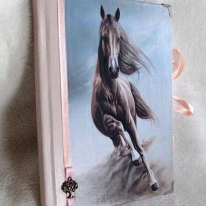 Lovas napló , Otthon & Lakás, Papír írószer, Jegyzetfüzet & Napló, Papírművészet, Ez a napló lovas szerelmeseinek készült, több féle variációban is kérhted.\nMéret:14,7 x 20,5 x 1 cm,..., Meska