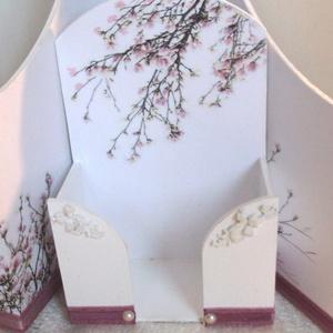 Virágos papírzsebkendő tartó , Otthon & Lakás, Tárolás & Rendszerezés, Zsebkendőtartó, Decoupage, transzfer és szalvétatechnika, Ez az 50 db-os p.zs tartó falra is rögzíthető. A lyukat egy hajszálvékony réteg papír fedi.\nKétszer ..., Meska