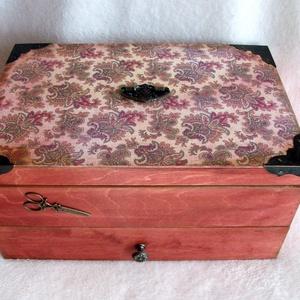 Nagy varrós dobozkeleti mintával, Otthon & Lakás, Lakástextil, Varrókellék, Decoupage, transzfer és szalvétatechnika, Ez a varrós doboz keményfából, réz fogantyúval- gyönyörű verettel és ollóval díszítettem.\nMinden dob..., Meska