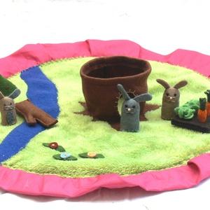 """Nyuszis motyó \""""M\"""", Játék, Gyerek & játék, Készségfejlesztő játék, Baba, babaház, Varrás, Nyuszicsalád lakik itt a réten álló odvas fában. Napközben kis kertjüket gondozzák, ahol répa és sal..., Meska"""