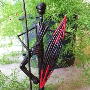 Zulu Baba - harcos lándzsával, pajzzsal, Más művészeti ág, Művészet, Fonás (csuhé, gyékény, stb.), Újrahasznosított alapanyagból készült termékek, Zulu Baba - Harcos férfi lándzsával, pajzzsal.\n\nMagassága 32 cm, szélessége 13 cm, talpátmérő: 8 cm...., Meska