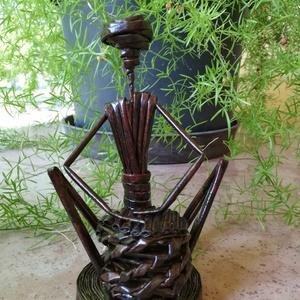 Zulu Baba - ülő dobos, Más művészeti ág, Művészet, Fonás (csuhé, gyékény, stb.), Újrahasznosított alapanyagból készült termékek, Zulu Baba - ülő dobos\nMagassága 18 cm, szélessége 11 cm, talpátmérő 9 cm.\n\nPapírfonással készült, az..., Meska