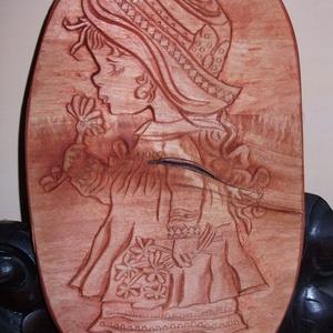 """Egyedi Kézzel szobrászolt fa dombormű ,  falikép/relief\"""" KISLÁNY VIRÁGGAL\"""", Képzőművészet, Otthon & lakás, Szobor, Fa, Dekoráció, Famegmunkálás, Szobrászat, Teljes egészében kézzel szobrászolt fa dombormű.Ezen a képen,egy szerethető kislány látható.Méretei:..., Meska"""