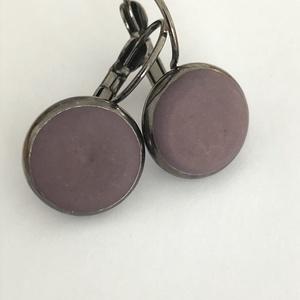 Beton kapcsos fülbevaló padlizsán színben, Ékszer, Fülbevaló, Ékszerkészítés, Gunmetál fülbevaló alapon padlizsán színű betonpötty.\nÁtmérője 14 mm. , Meska