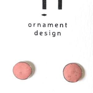 Beton, rózsaszínű pötty fülbevaló, arany alapon, Ékszer, Fülbevaló, Ékszerkészítés, Beton, rózsaszínű pötty fülbevaló, aranyozott bizsu alapon. Átmérő: 6 mm., Meska
