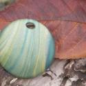 Nyári mező - Nagy kerek nyaklánc medál, arany és zöld sávos mintával, anyagában színezett, polírozott, Ékszer, Medál, Nyaklánc, Egyedi kézzel készített medál nyaklánchoz. A medál átmérője kb. 5 cm, formája kissé domború, vastags..., Meska