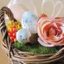 Szakajtónyi tavasz romantikus virágdísz  - vintage selyemrózsa, apró tojások, rózsaszín organza masni, fonott kosárban , Dekoráció, Otthon, lakberendezés, Dísz, Asztaldísz, Békebeli hangulatú tavaszváró kompozíció antik rózsaszín selyemrózsával, színben harmonizáló szalago..., Meska