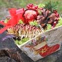 Karácsonyi asztaldísz dekoráció, papírmasé kaspó tartós virágkötészeti dísz , Otthon & lakás, Dekoráció, Ünnepi dekoráció, Karácsonyi, adventi apróságok, Karácsonyi dekoráció, A dekoráció alapja egy négyzet alapú papírmasé kaspó, melyet kartonpapír, újságok, és régi könyvalap..., Meska