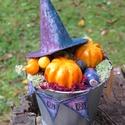 Őszi dekoráció, vintage Halloween asztaldísz, sütőtök, boszi kalap, bájital üveg, fém kaspó, narancssárga lila fekete bo, Otthon & lakás, Dekoráció, Dísz, Ünnepi dekoráció, Lakberendezés, Asztaldísz, Őszi dekoráció, vintage Halloween hangulatot idéző asztaldísz. Ezüstös bádog színű fém kaspóba saját..., Meska