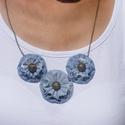 koptatott farmer nyaklánc három virágos, Ékszer, óra, Nyaklánc, Varrás, Koptatott farmer anyagból készült nyaklánc, fém díszgombbal a virágok közepén, antikolt fém láncon. , Meska