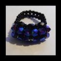 Éjjáró gyöngy gyűrű, Ékszer, óra, Gyűrű, Gyöngyfűzés, Fekete és csillogó kékes lila cseh csiszolt gyöngyből készült gyűrű, amely rendelkezik egy mágikus ..., Meska
