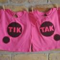 IKREKNEK! Tik-Tak pólók, pink, Ruha, divat, cipő, Baba-mama-gyerek, Gyerekruha, Kisgyerek (1-4 év), Ez az összetartozó pólópár különleges ajándék 1-1,5 éves iker lányoknak.  A 100% pamut pink pólóra(F..., Meska