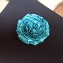 Türkiz rózsa kitűző, Ékszer, Bross, kitűző, Türkiz színű szatén anyagból készítettem ezt a rózsa kitűzőt. Átmérője 6,5cm., Meska