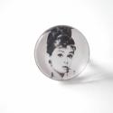 Audrey Hepburn gyűrű, Egy nagyszerű színésznő, aki mára igazi bálv...
