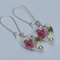 Rózsás szív - fülbevaló, Ékszer, Szerelmeseknek, Fülbevaló, Rózsaszín virágmintás, szív alakú porcelán gyöngyből készítettem a fülbevalót, melyet e..., Meska