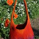 pipacs gyapjú táska, Táska, Válltáska, oldaltáska, Nemezelés,   A táskát több színű (piros, narancs és lila) bergschaf gyapjúból készítettem nemezeléssel. Piros ..., Meska