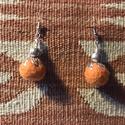 Narancssárga nemezelt golyó fülbevaló filigrán ezüst kiegészítővel, Ékszer, Fülbevaló, Egy narancssárga nemez golyóból és filigrán ezüst színű gyöngykupakból, virág mintás fé..., Meska