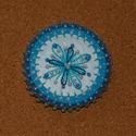 Flow - türkiz kitűző, Ékszer, Bross, kitűző, Filcből készült kitűző, gyöngyökkel díszítve.  Átmérője: 5,5 cm, Meska