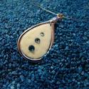 Strucctojás medál fémkerettel 3 kővel, Ékszer, Esküvő, Medál, Nyaklánc, Ékszerkészítés, Fémmegmunkálás, 3x1,8 cm-es lakkozott strucctojás medál általam formázott és öntött fémkeretben vékony sodronylánco..., Meska