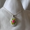 Hímzett nyaklánc vintage stílusban, rózsaszín rózsával, sárga virágokkal