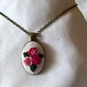 Hímzett nyaklánc vintage stílusban, rózsaszín rózsákkal, Ékszer, Nyaklánc, Ennek a bájos nyakéknek a medálja egy többféle hímzéstechnikával díszített pamutszövet an..., Meska